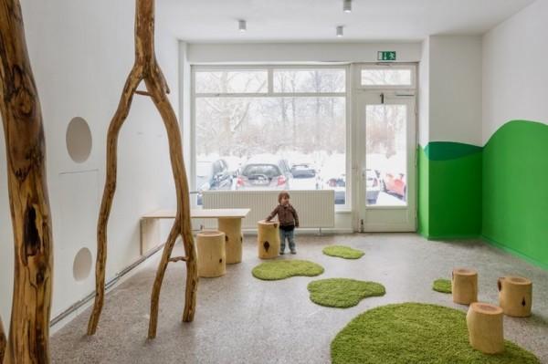 木の根が生えるお家の写真1