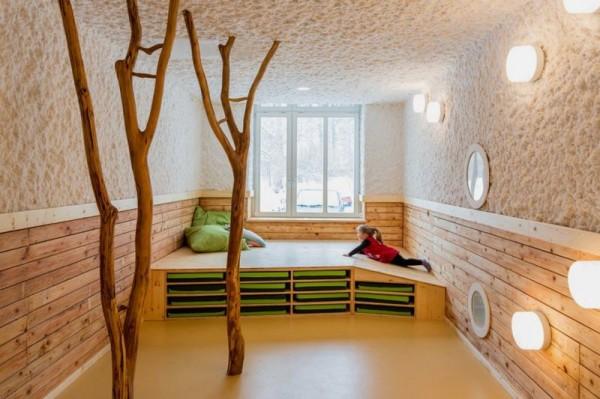 木の根が生えるお家の写真4