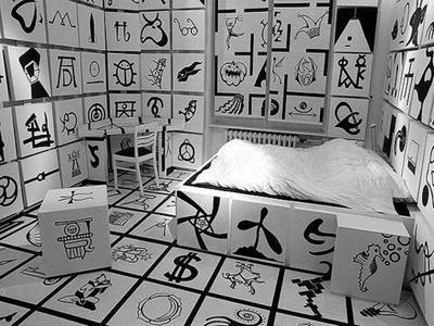 やり過ぎ感満載のアートな寝室の写真1